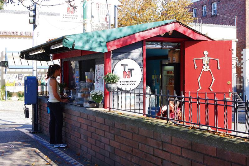 住宅街の駐車場の一角にも小さな小屋のようなカフェがある。