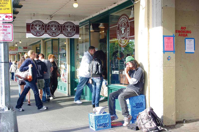 人が絶えないスタバ1号店。土日には長い行列ができ、コーヒーを買うのも一苦労。