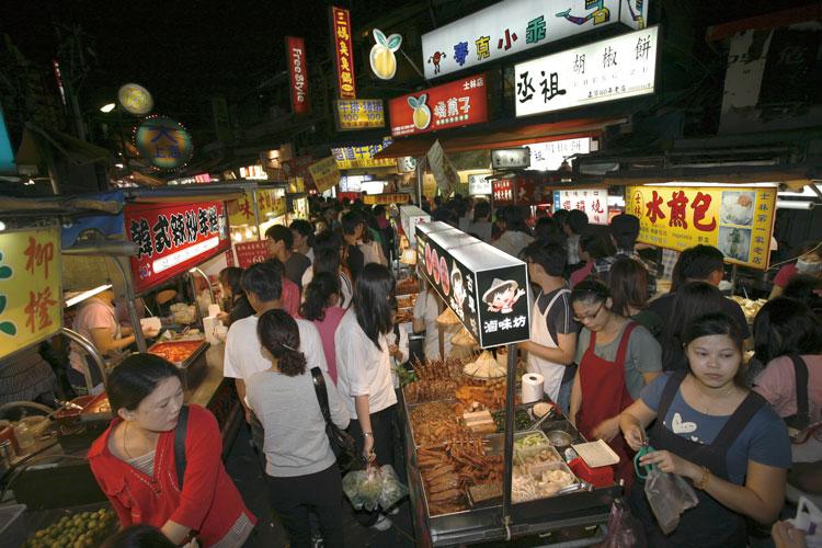 士林夜市の小路を入ると、食べ物屋台が所狭しと並んでいる