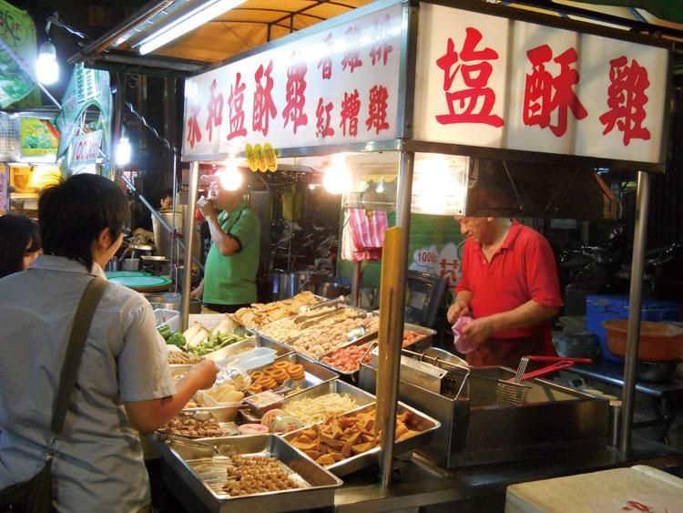 唐揚げ屋(塩酥雞)では、好きな具材を指さして注文しよう