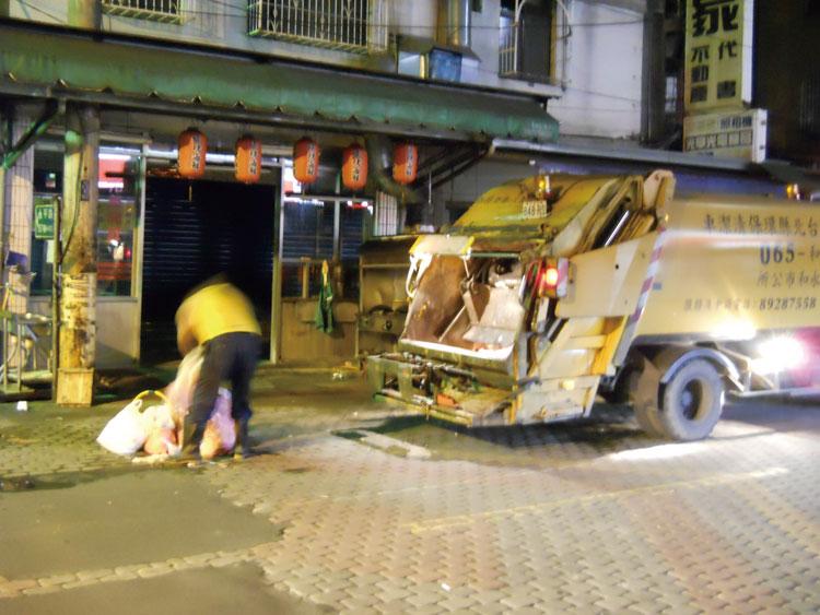 午前5時 ゴミ収集車登場