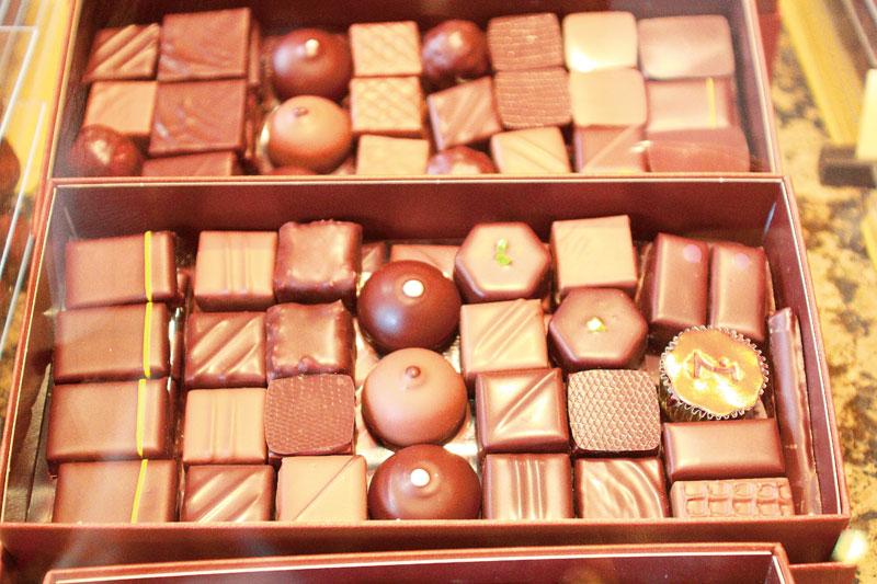 子供はショコラのシュセットと言う棒付きのショコラをおねだり。バロタンという箱入りのショコラはフランス人が友人宅へのお呼ばれに必ず持っていきます
