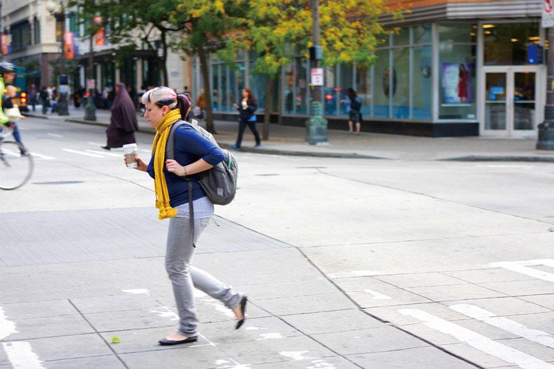街を歩く人の手にはコーヒーがある。
