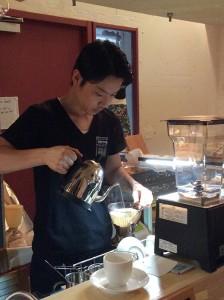 コーヒーをいれるご主人の伊藤さん