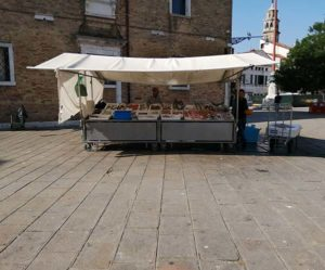 ヴェネツィア、広場の魚屋
