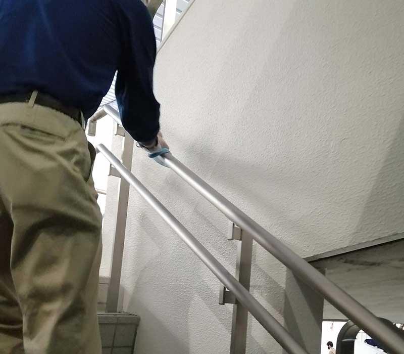 階段の手すりを係の方が消毒液で拭いていました。いろいろな方が関わって運営されていることを実感します