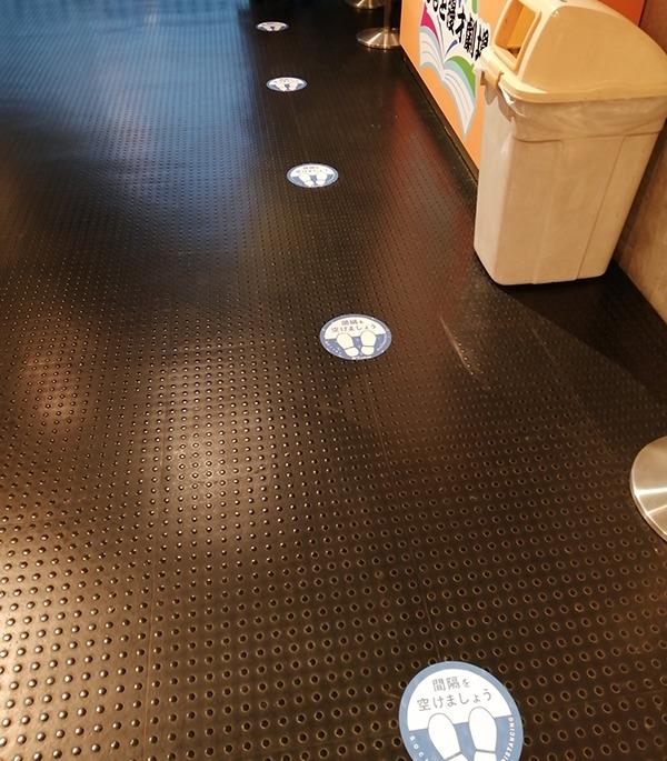 ソーシャルディスタンスを保つための床のマーク