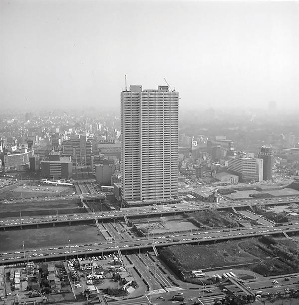 新宿西口の淀橋浄水場跡地に完成した開業当時の京王プラザホテル