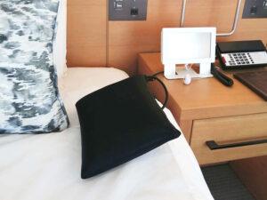ベッドの上の黒いクッション