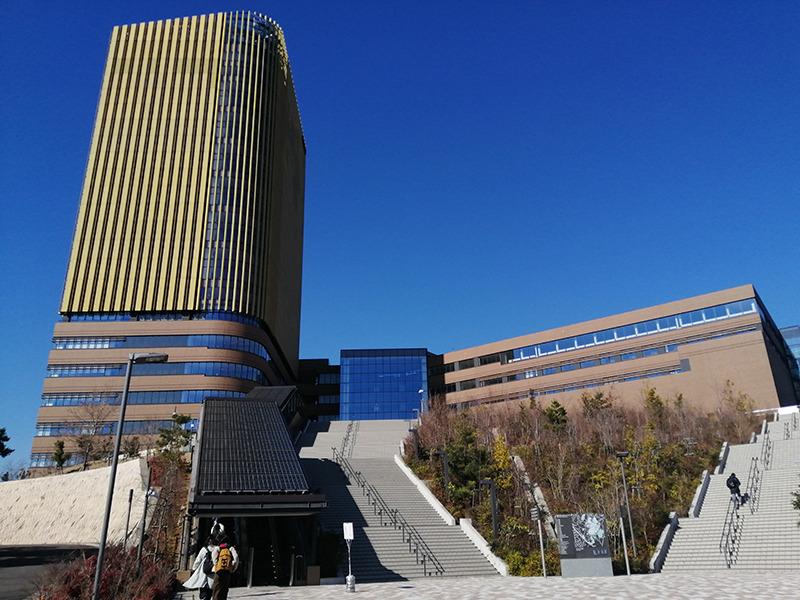 帝京大学八王子キャンパスです。図書室に『指さし会話帳』も収蔵されていてうれしかったです